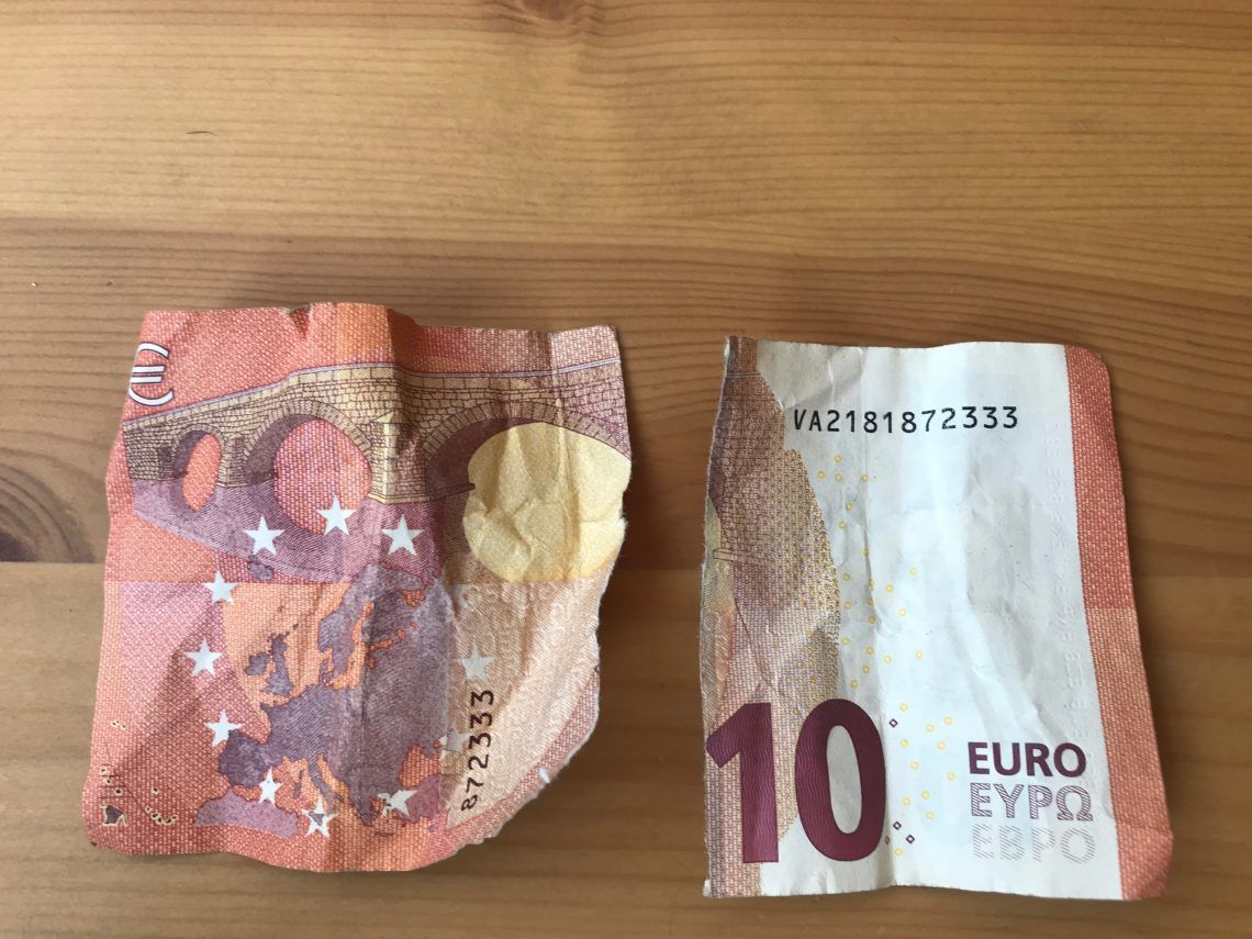 Un billete de 10€ partido no son 20€ - Humor