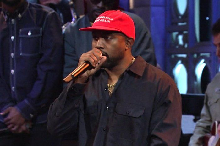Kenye West Usa Gorra Pro-Trump En Saturday Night Live - Política